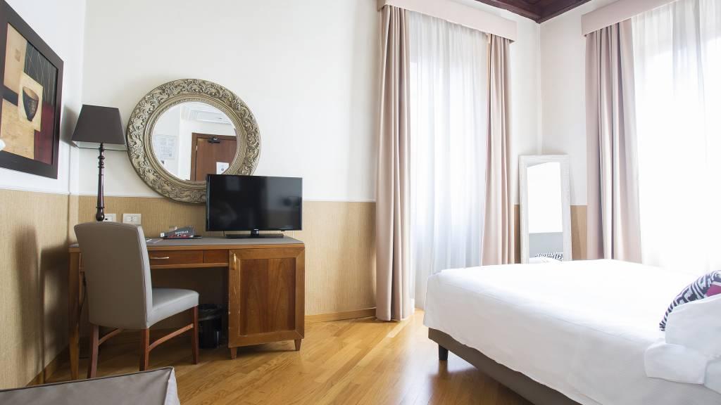 z-01A4540-hotel-adriano-roma-camera-Matrimoniale-Classica-Dus-classica