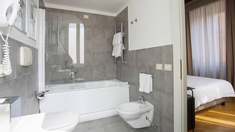 z-01A4566-hotel-adriano-roma-camera-Bagno-MtDusTpl-Classica-